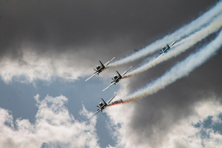 4 jets flying in the sky